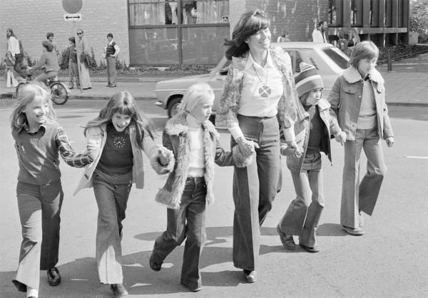 kopp, kind van ouder met psychische problemen, foto uit de jaren 60, moeder met een aantal kinderen, n.a.v. uitspraak ik heb pas echt stress als er geen problemen zijn it foto