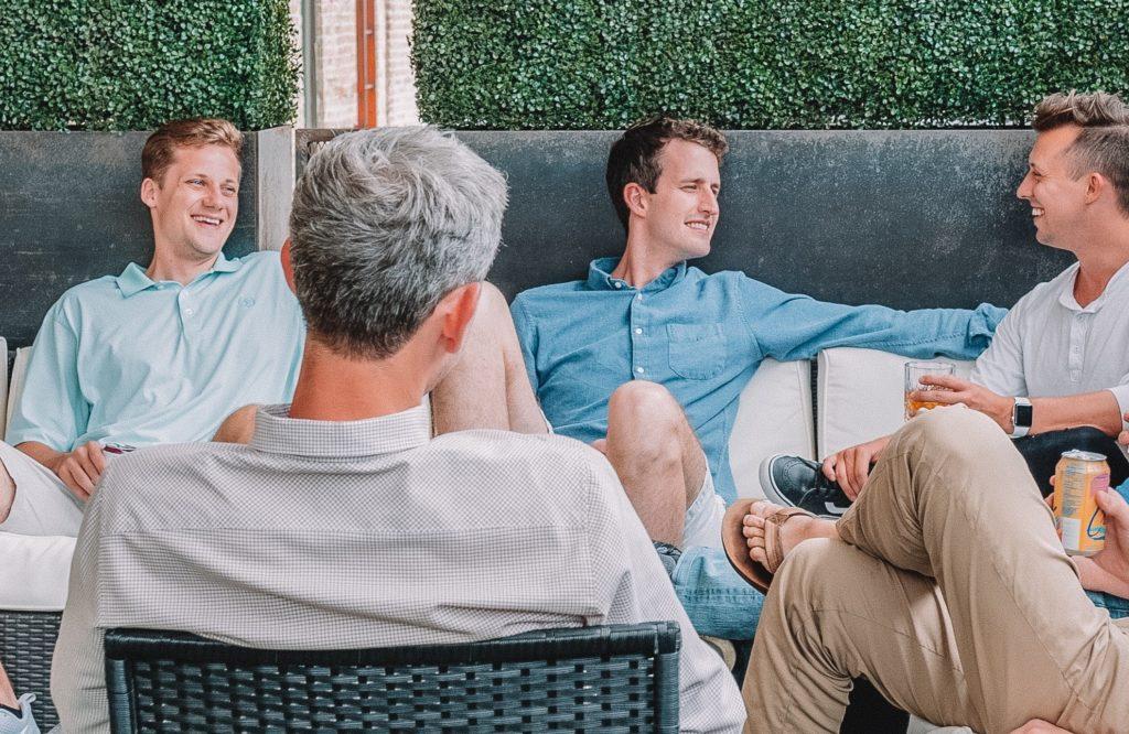 ervaringsbijeenkomst, aantal mannen zitten bij elkaar tijdens een lotgenotencontact