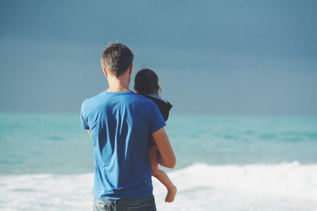 KOPP, vader met kind kijken naar de zee